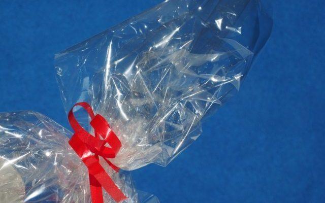 ¿Qué es una bolsa de polipropileno? Son bolsas para embalar compuestas de un polímero -plástico- el polipropileno, el cual es más ligero y presenta menor densidad que el polietileno. A pesar de ello presenta una alta resistencia a los ácidos, solventes y electrolitos. Así el film de polipropileno presenta un sonido particular al manipularlo, mientras que el PE es silencioso. ¿Cuáles son las propiedades de las bolsas de polipropileno? Su configuración polimérica le otorga unas características tales como: Es termo-moldeable Resistencia al rasgado Bajo Coste Sensibles a los rayos UV Aislante eléctrico Facilidad para el tintado en colores primarios Así, las bolsas de PP son populares, especialmente en la industria de la alimentación gracias a su magnífica relación precio-propiedades. ¿Son reciclables las bolsas de PE? La respuesta es positiva, siempre y cuando se separen en su debido contenedor. ¿En qué industrias se emplean las bolsas de PP? El sector donde más se utiliza es en el alimentario, sin embargo, gracias a sus características se ha extendido a otros como el farmacéutico, cosmético, textil, industrial, tecnológico… Presentación de las bolsas Las bolsas pueden presentarse en diversos formatos adaptados a las necesidades de la empresa que las necesita. Sin embargo, se pueden encontrar algunas estándar: cuadradas con solapa, con cierre automático, con solapa y taladro para su presentación en expositores por parte de los distribuidores o incluso con fuelle. ¿El espesor más común de venta? Es 0,04 mm. ¿Cómo se cierran las bolsas? Mientras que en las bolsas de PE se puede aplicar calor mediante una termoselladora para su cierre, las bolsas de PP no se pueden sellar con calor. sí, se cierran mediante un clip de cierre automático o con grapas. Elección de las bolsas de PP Antes de seleccionar el mejor embalaje para tu mercancía, te recomendamos llevar a cabo un estudio previo en base al coste y resistencia de las bolsas en relación con el producto que va a proteger. Y